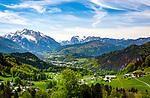 Deutschland, Bayern, Berchtesgadener Land, bei Oberau (Berchtesgaden): Blick ueber Obeerau und Berchtesgaden in die Berchtesgadener Alpen mit Hochkalter 2.607 m (links) und Reiter Alpe - auch Reiter Alm genannt | Germany, Upper Bavaria, Berchtesgadener Land;, Oberau (Berchtesgaden): view across Oberau and Berchtesgaden towards Berchtesgaden Alps with summits (left) Hochkalter 2.607 m and Reiter Alpe mountain range (middle) , also called Reiter Alm