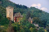 France/15/Cantal/Polminhac: Le Château de Pesteils et la forêt