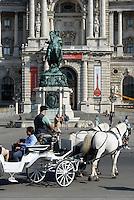 Fiaker und Denkmal Prinz Eugen vor der Nationalbibliothek in  Neue Hofburg, Wien, Österreich, UNESCO-Weltkulturerbe<br /> Carriage and monument prince Eugen and National Library in Neue Hofburg, Vienna, Austria, world heritage