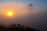 United States of America, California, San Francisco: Golden Gate Bridge in dawn fog | Vereinigte Staaten von Amerika, Kalifornien, San Francisco: The Golden Gate Bridge im Nebel und Gegenlicht