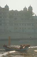 """Asie/Inde/Rajasthan/Udaipur: Le """"City Palace"""" palais du roi sur le lac Pichola (D'une longueur de près de 500M, ce vaste ensemble de marbre et de granit fut érigé à partir du règne d'Udai Singh (1537-1572) fondateur de la ville)"""