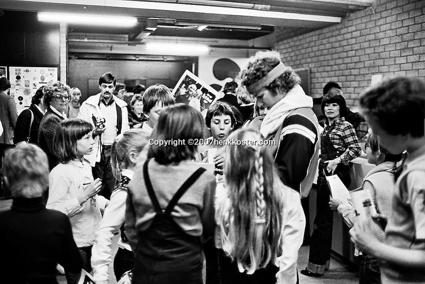 1979, ABN Tennis Toernooi, John McEnroe deelt hantekeningen uit aan ballenkinderen
