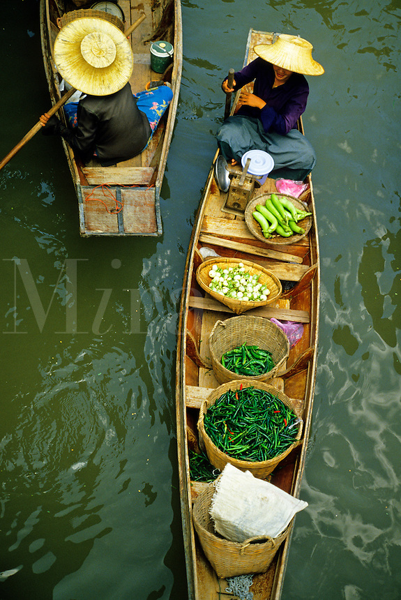 Thailand, near Bangkok.  Floating market on Klong Damnern Saduak in Rachaburi Province..