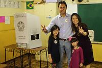 ATENCAO EDITOR FOTO EMBARGADA PARA VEICULO INTERNACIONAL <br /> CURITIBA, PR, 28 DE OUTUBRO DE 2012 – RATINHO JR. – O candidato a Prefeitura de Curitiba, Ratinho Jr., pela coligação Curitiba Criativa (PSC, PCdoB, PR e PTdoB) votou por volta das 10h20 na Escola Municipal Vinhedos, no bairro Santa Felicidade. Ele votou acompanhado da esposa Luciana e das filhas Alana e Yasmin. (FOTO: ROBERTO DZIURA JR./ BRAZIL PHOTO PRESS)