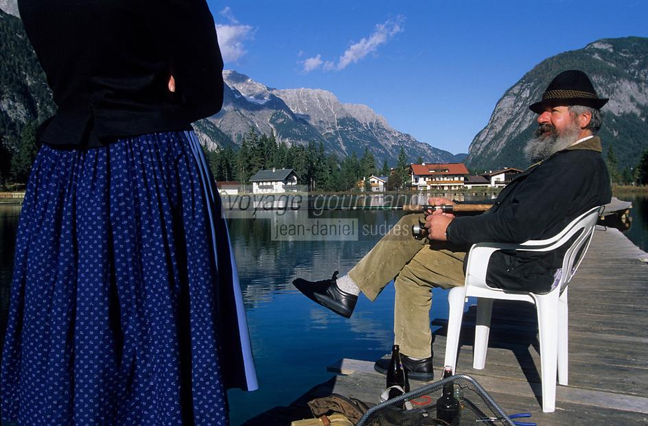Europe/Autriche/Tyrol/Env Leutasch: Hans pêche sur le lac Waidachsee