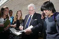 Richard Meier  firma autografi ad alcuni studenti in visita all Ara Pacis..Il sindaco di Roma  e l'architetto Richard Meier effettuano un sopralluogo all'Ara Pacis..Roma, 7 Aprile 2010..Photo Serena Cremaschi Insidefoto