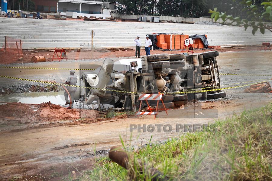 SÃO PAULO,SP,16 JANEIRO 2013 -  ACIDENTE OBRA MONOTRILHO - Um caminhão tombou por volta das 9 horas da manhã desta quarta-feira(16) dentro do canteiro de obras da construção da Linha 15 (Prata) do Monotrilho Ipiranga-Cidade Tiradentes, localizado na Avenida do Oratório, na zona sul de São Paulo. O ocupante do veículo ficou preso nas ferragens e foi resgatado pelo Corpo de Bombeiros com ferimentos. FOTO ALE VIANNA - BRAZIL PHOTO PRESS.