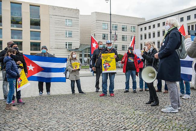 """Kundgebung """"Unblock Cuba"""" am Samstag den 17. Oktober 2020 vor der US-Botschaft in Berlin.<br /> Die Initiative """"Unblock Cuba"""" setzt sich fuer ein Ende der internationalen Blockade gegen den sozialistischen Staat in der Karibik ein.<br /> 17.10.2020, Berlin<br /> Copyright: Christian-Ditsch.de"""