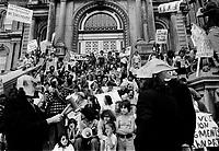 ARCHIVE -<br /> <br /> Manifestation pour des logements sociaux, le 8 juillet 1976, devant l,Hôtel de Ville.<br /> <br /> Un des reproche est que le Maire Drapeau preferes les méga projets tel les jeux olympique, aux logements abordables.<br /> <br /> Photo : Agence Quebec Presse  - Alain Renaud