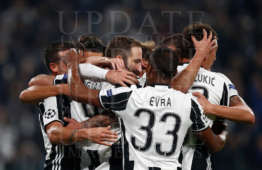Calcio, Champions League: Gruppo H, Juventus vs Lione. Torino, Juventus Stadium, 2 novembre 2016. <br /> Juventus' Gonzalo Higuain, third from left, celebrates with teammates after scoring on a penalty kick during the Champions League Group H football match between Juventus and Lyon at Turin's Juventus Stadium, 2 November 2016. The game ended 1-1.<br /> UPDATE IMAGES PRESS/Isabella Bonotto