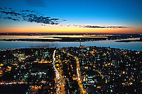 Entardecer no Rio Guaiba e cidade de Porto Alegre. Rio Grande do Sul. 2011. Foto de Cris Berger.