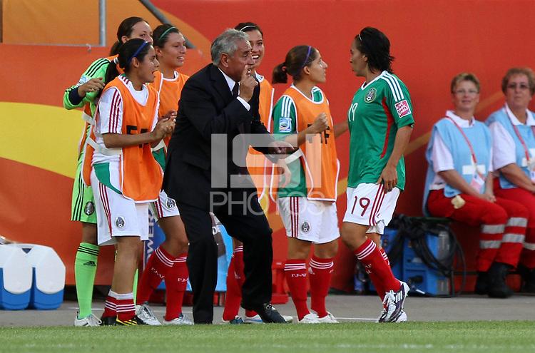 Wolfsburg , 270611 , FIFA / Frauen Weltmeisterschaft 2011 / Womens Worldcup 2011 , Gruppe B  ,  ..England - Mexico ..Trainer Leonardo Cuellar gibt Monica Ocampo (beide Mexico) Anweisungen ..Foto:Karina Hessland ..