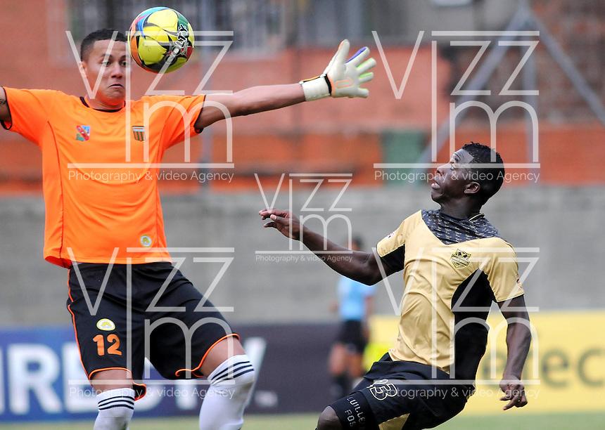 ENVIGADO- COLOMBIA -30-03-2014: Victor Soto (Izq.) jugador de Envigado FC disputa el balón con Yessy Mena (Der.) jugador Itagüi durante  partido Envigado FC y Itagüi por la fecha 13 de la Liga Postobon I 2014 en el estadio Polideportivo Sur de la ciudad de Envigado./  Victor Soto (L) player of Envigado FC fights for the ball Yessy Mena (R) player of Itagüi during a match Envigado FC and Itagüi for the date 13 th of the Liga Postobon I 2014 at the Polideportivo Sur stadium in Envigado city. Photo: VizzorImage / Luis Rios / Str.