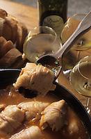 """Europe/France/Midi-Pyrénées/12/Aveyron/Centrès : Hervé Lorrain caviste à la campagne déguste des tripoux de Charles Savy (""""la Naucelloise"""" 12800 Naucelle)  avec un Gaillac blanc"""