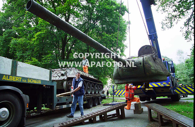 Arnhem,01-10-99  foto:Koos Groenewold/APA-Foto<br />In onderdelen wordt de 32 ton zware tank op z`n plaats gezet(voor meer info zie 1apa0110.jpg)
