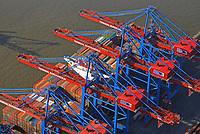 Containerschiff unter den Containerkran des Burchardkai: EUROPA, DEUTSCHLAND, HAMBURG, (EUROPE, GERMANY), 09.02.2018 Der HHLA Container Terminal Burchardkai ist die groesste und aelteste Anlage für den Containerumschlag im Hamburger Hafen. Hier, wo 1968 die ersten Stahlboxen abgefertigt wurden, wird heute etwa jeder dritte Container des Hamburger Hafens umgeschlagen. 25 Containerbruecken arbeiten an den Tausenden Schiffen, die hier jaehrlich festmachen, und taeglich werden mehrere Hundert Eisenbahnwaggons be- und entladen. Mit dem laufenden Aus- und Modernisierungsprogramm wird die Kapazität des Terminals in den kommenden Jahren schrittweise ausgebaut.