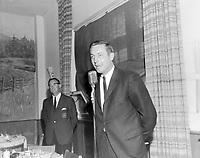 Conférence de Jean Beliveau<br /> Date : Entre le 26 août et le 1er septembre 1968<br /> <br /> Photographe : Photo Moderne<br /> - Agence Quebec Presse