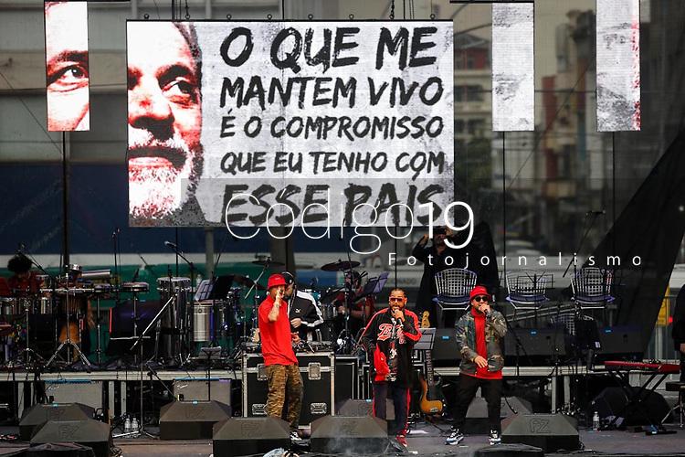 SÃO PAULO, SP 02.06.2019: FESTIVAL LULA LIVRE-SP - No palco Thaíde. Artistas e militantes se uniram no Festival Lula Livre, que aconteceu na tarde deste domingo (02) na Praça da República, zona central da capital paulista, em protesto contra a prisão do ex-presidente Lula. (Foto: Ale Frata/Codigo19)