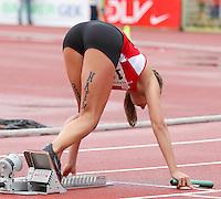 """Leichtathletik, Deutsche Meisterschaft vom 25. bis 27.07.2014 im Donaustadion Ulm und auf dem Münsterplatz. Im Bild: """"Run Happy"""". Motivationsbotschaften auf schönen Frauenbeinen."""