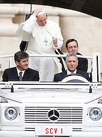 Papa Francesco al suo arrivo all'udienza generale del mercoledi' in Piazza San Pietro, Citta' del Vaticano, 9 ottobre 2013.<br /> Pope Francis arrives for his weekly general audience in St. Peter's Square at the Vatican, 9 October 2013.<br /> UPDATE IMAGES PRESS/Riccardo De Luca<br /> <br /> STRICTLY ONLY FOR EDITORIAL USE