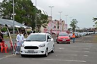 PORTO ALEGRE (RS), 12/02/2021 - VACINA- IDOSOS – Equipes da Secretaria Municipal da Saúde fazem a checagem de documentos, antes da movimentação de carros no sistema de Drive-thru para a vacinação contra Covid-19 para idosos entre 85 a 89 anos, no Portão 01, do Gigantinho, no estacionamento do Sport Clube Internacional, em Porto Alegre, nesta sexta-feira (12).