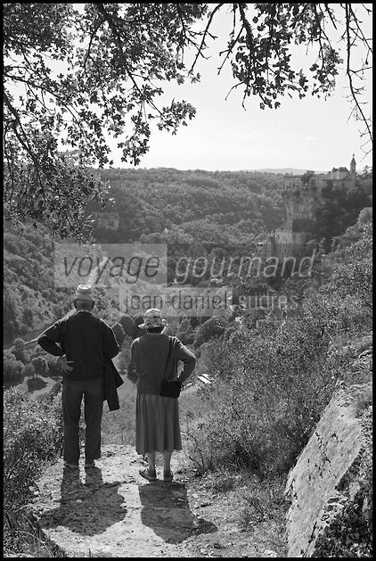 Europe/France/Midi-Pyrénées/46/Lot/Rocamadour: Couple de touristes contemplant la cité religieuse