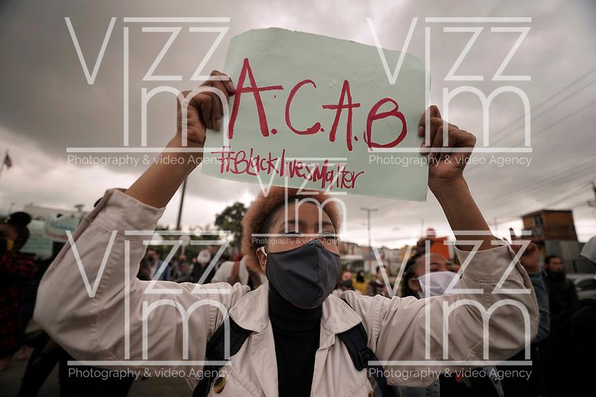 """BOGOTA - COLOMBIA, 03-06-2020: Cientos de personas se hicieron presentes en el """"Plantón Por La Vida y La Paz"""" en frente de la sede de la embajada de los Estados Unidos en Bogotá para protestar por los actos de racismo en EE.UU. y por la llegada de tropas de ese país a territorio colombiano. / Hundred of poeple gateredto participate in the """"Plantón Por La Vida y La Paz"""" in front of USA embassy in disagreement about acts of racism in the USA and the arrival of the US military in the Colombian territory. Photo: VizzorImage / Diego Cuevas / Cont"""