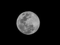 BARUERI, SP, 01 AGOSTO 2012 -LUA CHEIA - Lua Cheia e vista da cidade de Barueri na noite dessa quarta feira, 01 (FOTO: WILLIAM VOLCOV / BRAZIL PHOTO PRESS).