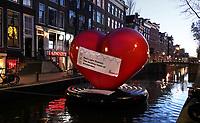 Nederland  Amsterdam  2020.    Het is rustig op de Wallen. Hart met de tekst:  Red Light District. The Beating Heart of Amsterdam.   Foto : ANP/ HH / Berlinda van Dam
