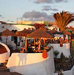 Spain, Canary Island, Lanzarote, bei Playa Blanca: Cafe and restaurant above Playa del Papagayo at sunset | Spanien, Kanarische Inseln, Lanzarote, bei Playa Blanca: Restaurant und Cafe am Playa del Papagayo im letzten Sonnenlicht