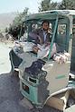 Irak 1991  Un petit commerce dans un camion détruit a Haj Omran   Iraq 1991   Haj Omran:Opening a shop in a distroyed truck