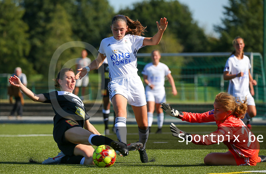20190921 – LEUVEN, BELGIUM : OHL's Jill Janssens (in the middle) and goal keeper Mirthe Claes are pictured stopping the attack of E. Aalst's player during a women soccer game between  Oud Heverlee Leuven Ladies B and Eendracht Aalst Ladies on the fourth matchday of the Belgian Division 1 season 2019-2020, the Belgian women's football  national division 1, Saturday 21th September 2019 at the Bruinveld Youth Complex, Domeinstraat in Leuven , Belgium. PHOTO SPORTPIX.BE   SEVIL OKTEM