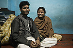 Sanjay et Aarti, récemment mariés, se sont réfugiés trois mois dans l'abri de Pahar Ganj.<br /> <br /> Sanjay and Aarti, recently married, have spent three months in the shelter in Pahar Ganj. Aarti has been sold three times by her mother, prior to the escape with her fiance. Tonight, they'll take a train to a secret destination to start their new life.