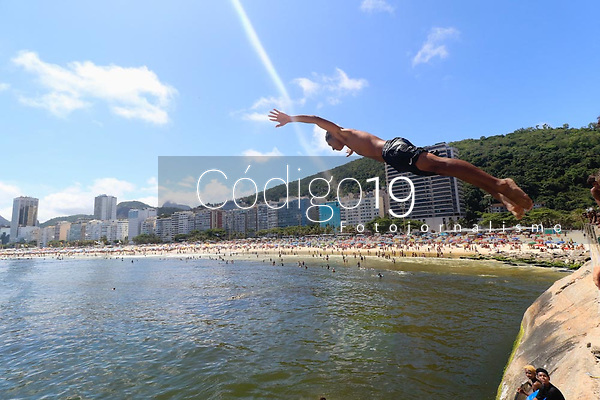 RJ. RIO DE JANEIRO CLIMA PRAIA Movimentação de banhistas na praia do Leme, zona sul.(Foto: Ellan Lustosa / Codigo19)