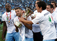 Calcio, finale di Coppa Italia: Roma vs Lazio. Roma, stadio Olimpico, 26 maggio 2013..From left, Lazio defender Michael Ciani, of France, and midfielders Antonio Candreva and Cristian Ledesma show the Italian Cup to fans at the end of the football final match between AS Roma and Lazio at Rome's Olympic stadium, 26 May 2013. Lazio won 1-0..UPDATE IMAGES PRESS/Isabella Bonotto....