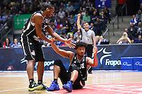 Quantez Robertson (Fraport Skyliners) hilft Shavon Shields (Fraport Skyliners) auf - 12.02.2017: Fraport Skyliners vs. Brose Baskets Bamberg, Fraport Arena Frankfurt