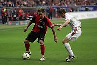 Albert Streit (Eintracht Frankfurt) im Zweikampf mit Vratislav Gresko (Bayer Leverkusen)