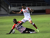 BARRANQUILLA - COLOMBIA, 27-03-2021: German Mera Atletico Junior y Daniel Giraldo de Independiente Santa Fe disputan el balon durante partido entre Atletico Junior e Independiente Santa Fe de la fecha 15 por la Liga BetPlay DIMAYOR I 2021 jugado en el estadio Metropolitano Roberto Melendez de la ciudad de Barranquilla. / German Mera of Atletico Junior and Daniel Giraldo of Independiente Santa Fe battle for the ball during a match between Atletico Junior and Independiente Santa Fe of the 15th date for BetPlay DIMAYOR I 2021 League played at the Metropolitano Roberto Melendez Stadium in Barranquilla city. / Photo: VizzorImage / Jesus Rico / Cont.