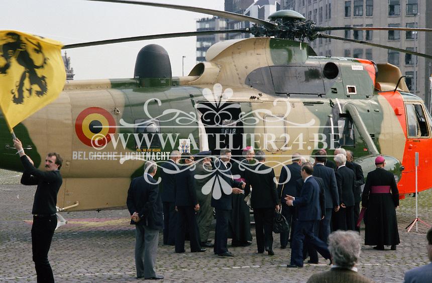 Mei 1985. Bezoek van Paus Johannes Paulus 2 in Antwerpen. De Paus gaat aan boord van een Seaking helikopter van de Belgische luchtmacht.