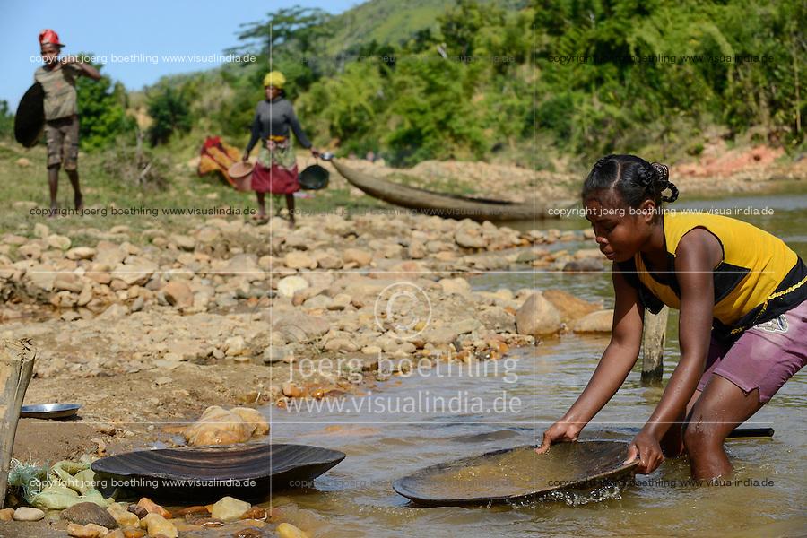 MADAGASCAR, region Manajary, town Vohilava, small scale gold mining, children panning for gold at river ANDRANGARANGA, girl Sara 12 years old / MADAGASKAR Mananjary, Vohilava, kleingewerblicher Goldabbau, Kinder waschen Gold am Fluss ANDRANGARANGA, Maedchen SARA12 Jahre