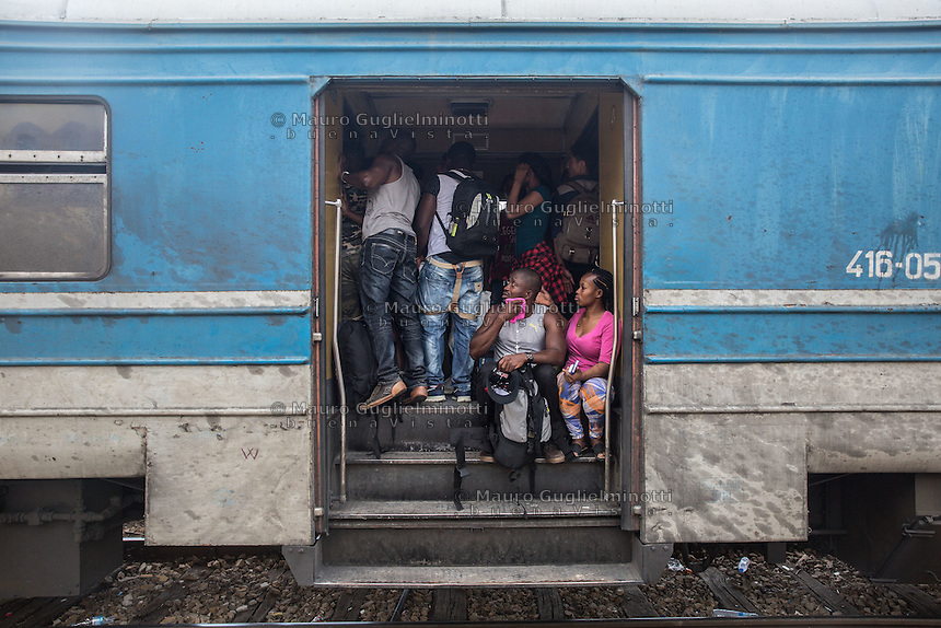 Folla di migranti di colore all'interno di un vagone ferroviario, tra Macedonia e Serbia giugno 2015<br /> Crowd of migrants in a railcar