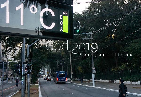 SÃO PAULO , SP 20.07.2021 : Clima Tempo SP  - Relógio de rua registra a temperatura de 11ºGraus na manhã desta terça - feira (20) , em frente ao Parque da Luz região central da cidade de São Paulo SP.