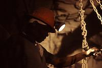SUDAFRICA - Kimberley, miniera di diamanti di Bultfontein ( Miniere De Beers): un minatore al lavoro all'interno di una galleria della miniera.