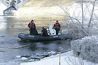 Photo d'archive de la police de Montreal - recherche d'une victime de noyade, Fevrier 2010.<br /> <br /> <br /> PHOTO :  AGENCE QUEBEC PRESSE