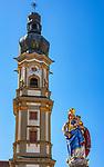 Deutschland, Bayern, Niederbayern, Deggendorf: Kirchturm der Heilig-Grab-Kirche und Brunnenfigur Marien-Statue | Germany, Lower Bavaria, Deggendorf: spire of the Holy-Grave-Church and fountain statue virgin Mary with child