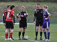 RSC Anderlecht Dames - PSV / FC Eindhoven : scheidsrechter Leen Martens doet de opworp met Sophie Mannaert (rechts) en Manon Van Den Boogaard (links).foto David Catry / Vrouwenteam.be