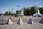UKRAINE, Mariupol: Army checkpoint at the entrance of Mariupol. <br /> <br /> UKRAINE, Mariupol: Checkpoint Ukrainien à l'entrée de la ville de Mariupol.