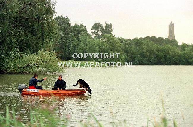 Arnhem,29-06-99  Foto;Koos Groenewold (APA)<br />Het recherche bijstandsteam dat onderzoek doet naar de vermissing van de op 29 november vorig jaar verdwenen Jos Mahler, is vandaag met 2 speurhonden op zoek geweest op 4 plassen in natuurgebied Meinerswijk in Arnhem.<br />3 mensen hadden onafhankelijk van elkaar gemeld dat er wellicht iets te vinden zou zijn.<br />Doornenburger Jos Mahler verdween vorig jaar na een avondje stappen in Arnhem met 3 Poolse vrienden.Ondanks massale zoektochten is tot op heden nog niets van het viertal vernomen.