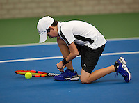Almere, Netherlands, December 6, 2015, Winter Youth Circuit, Alfrendo Vogelaar (NED) ties his shoes<br /> Photo: Tennisimages/Henk Koster