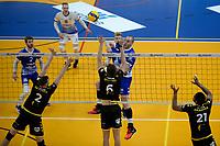 27-03-2021: Volleybal: Amysoft Lycurgus v Draisma Dynamo: Groningen smash van Lycurgus speler Dennis Borst over blok met Dynamo speler Jeroen Rauwerink en Dynamo speler Nico Manenschijn